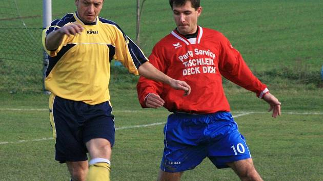 Roman Filip (vlevo, při derby s Nespeky) z Poříčí nad Sázavou se s patnácti zásahy stal nejlepším střelcem mezi okresními kanonýry v I. B třídě.  Během podzimu vsítil tři hattricky.