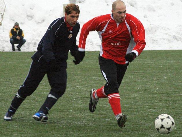 Pyšelský útočník Ondřej Mastný (vpravo) unikal libišskému Martinu Novákovi.