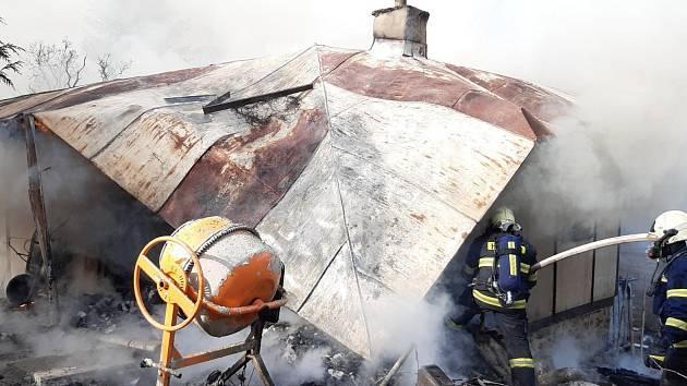 Požár chaty u Stříbrné Skalice.