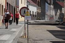 Po rekonstrukci Táborské ulice ve Voticích čeká obnova také další důležité komunikace, ulice Husovy. I tam bude vozovku opravovat kraj a město se chce přidat s opravou chodníků. Tak to bylo loni i v Táborské ulici (na snímku).