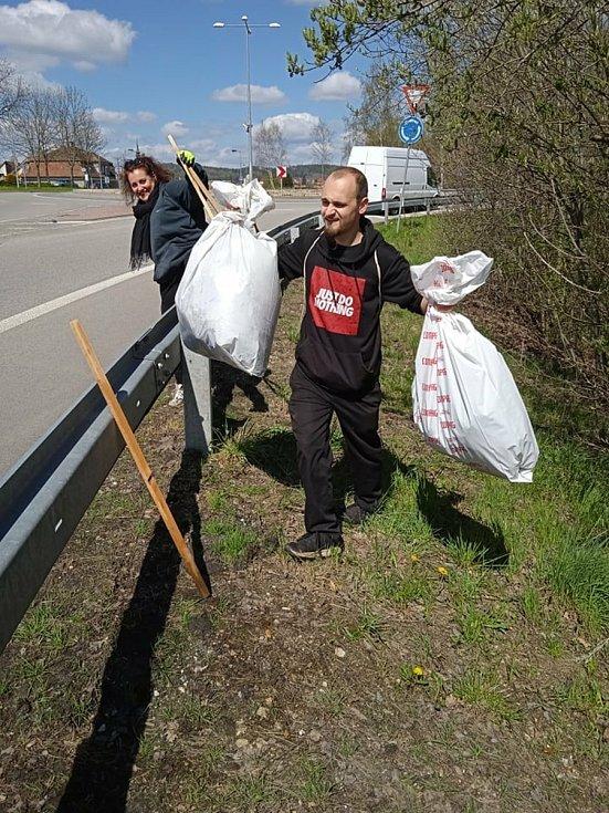 Víkendový úklid ve Voticích pořádaný místními spolky.