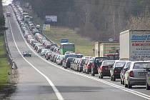 Mezinárodní silnice E55 před Benešovem nestačí svou kapacitou současnému provozu.