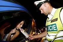 Ilustrační foto: Policejní hlídky  testují přítomnost alkoholu po celý rok. Na Silvestra plánují zvýšenou aktivitu