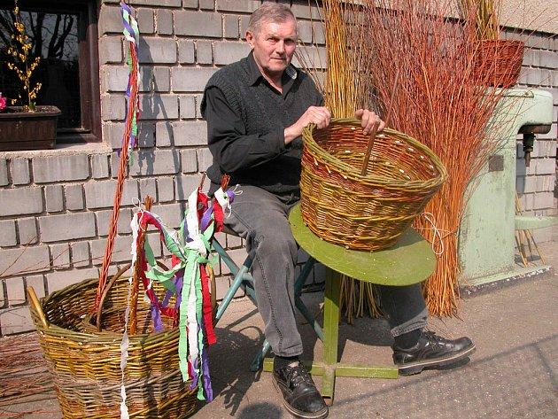 Jiří Vyhnal, výborný pomlázkář a košíkář, bývalý brankář divizního Týnce nad Sázavou.