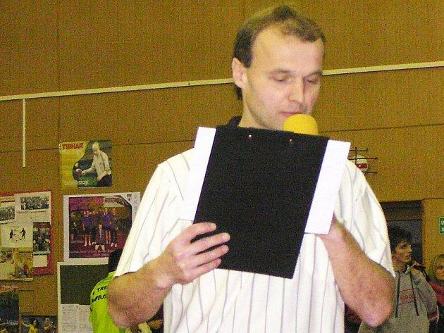 Luboš Pěnkava s deskami a mikrofonem v ruce rozděloval hráče do skupin.