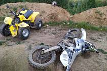 Srážka terénního motocyklu a čtyřkolky na polní cestě v katastru obce Miličín.