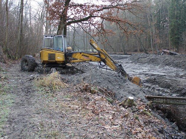 Odbahňování zdrže nad jezem na Konopišťském potoku u Racku.