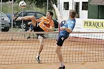 Václav Kadeřábek (v oranžovém) ze Šacungu si v singlu proti soupeři z Čelákovic ani neškrtl.