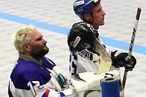 Michal Straka (vlevo) si vychutnává radost a ovace diváků po prvním vítězném finále s Kladnem.