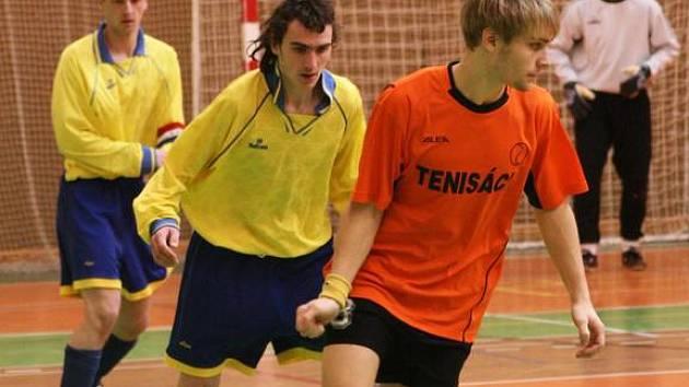 V okresním přeboru byl Václav Mareš (u míče) z Tenisáků bedlivě sledován Pavlem Vitoušem z Neveklova