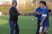 O radost z výhry se šel trenér Vlastimil Petržela po zápase podělit s Pavlem Radošem, jemuž v té chvíli děkoval asistent Miloslav Brožek.