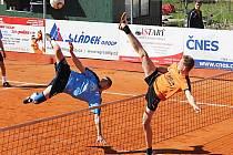 Atraktivní souboj čakovického Milana Kučery a benešovského Jiřího Doubravy (v oranžovém) byl k vidění v extraligovém utkání Šacungu s loňským vicemistrem.