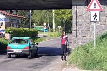 Podjezd silnici I/3 v benešovské Konopišťské ulici je místem, kde se potkávají chodci s automobily v těsném kontaktu.