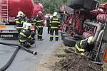 Zásah hasičů u převrácené cisterny s kyselinou u dálnice D1 na exitu 29.