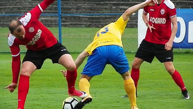 Benešov se rozešel s Chrudimí smírně, druhý bod brali po penaltách hosté. Na snímku bojují o míč domácí Engelmann (ve žlutém) s Kopeckým (vlevo).