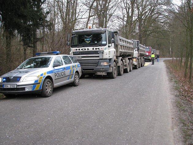 Společná středeční akce celní správy a dopravní policie na silnici mezi Mračí a Čerčany.