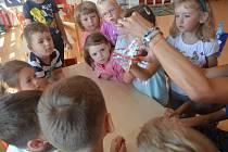 Děti nejvíce bavily nejrůznější pokusy s vodou.