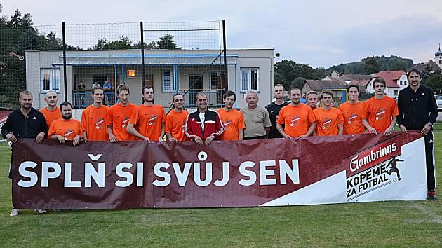Postupičtí fotbalisté si zahráli v Ďolíčku a doma si zatrénovali s trenérem Bohemians 1905 Pivarníkem (uprostřed).