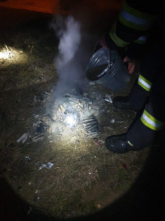Neratovičtí hasiči zasahovali u požáru zbytků po pyrotechnice a trávy. K uhašení stačilo několik kýblů s vodou.