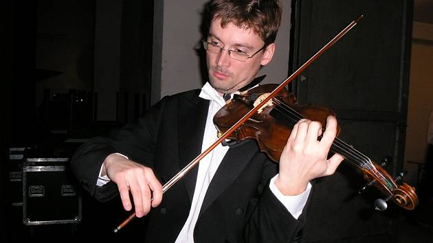 Severočeští filharmonici z Teplic krátce před vystoupením v Benešově v zákulisí KD Karlov.