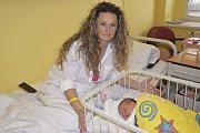 Linda Kadeřábková se narodila 24. dubna v19:30. Vážila 3270g a měřila 49 cm. Její rodiče, Michaela a David Kadeřábkovi, se těší, až ji doma vobci Chrást představí starší sestřičce Natálce (12).
