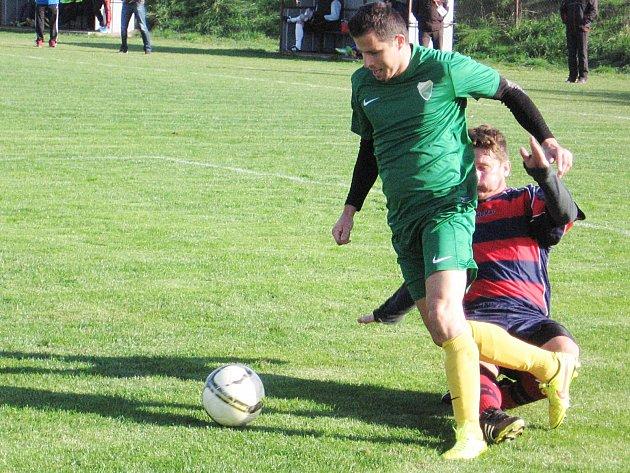 Struhařovský Josef Kaňka fauluje útočníka Kondrace Radima Kašpara (v zeleném) a z následné penalty hosté vyrovnali Pavlíčkem na 1:1.