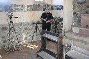 Natáčecí den zahájil komorní filmový štáb dvě hodiny před polednem v malebném prostředí nedaleko Benešova. Dobová budova ukrytá za vysokým středověkým plotem nabídla filmařům hradní prostory s autentickou kapličkou či rytířským sálem.