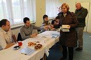 První den prezidentských voleb ve Mstěticích.