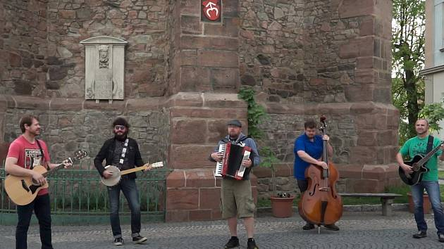Z videoklipu Balkonová vodrhovačka.