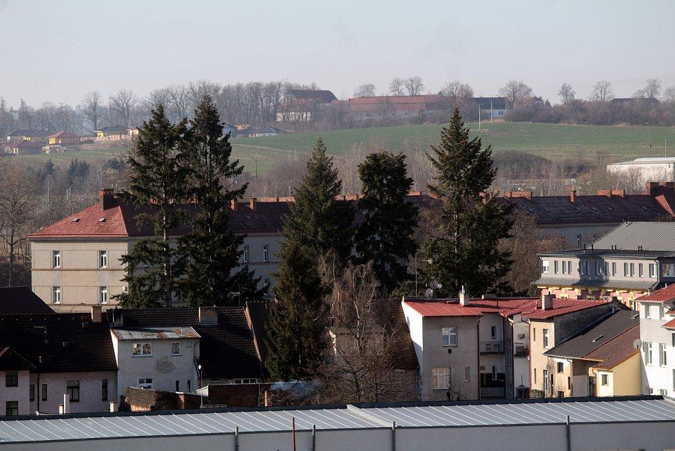 Benešov při pohledu ze střechy kostela sv. Anny - hlavní budova někdejších Táborských kasáren.