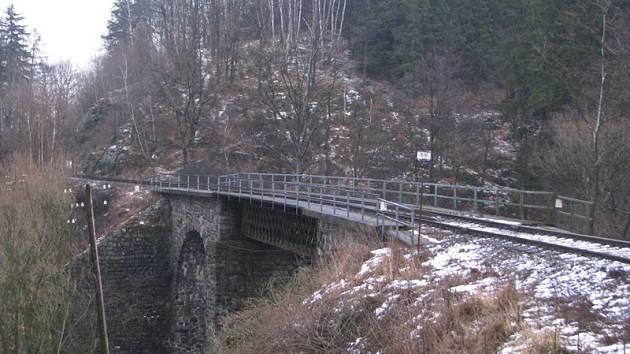 """Správci """"Vlašimky""""  doufají, že je při opravě mostu v Městečku nezaskočí zimní počasí."""