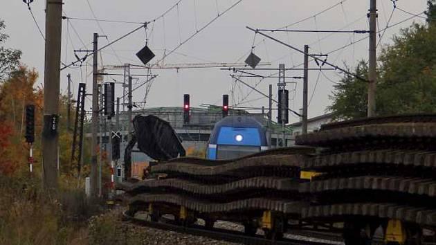 V Hostivaři začínají trhat další koleje, aby uvolnily místo pro nové kolejiště.