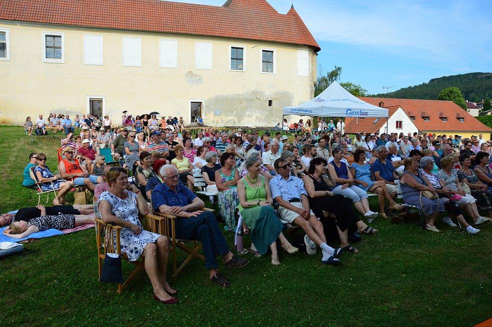 Z koncertu skupiny Javory v zámecké zahradě v Louňovicích pod Blaníkem.