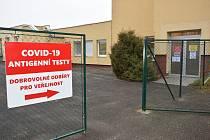 Směrovky k odběrovému místu antigenního testování v benešovské Nemocnici Rudolfa a Stefanie.