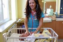 Pediatrička Victoria Sujová Chimonidesová  při vyšetřování jednoho z novorozenců v benešovské nemocnici.