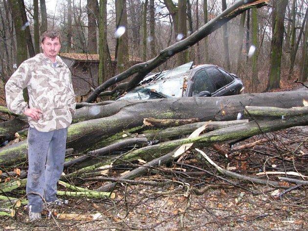 Bez zranění skončil loni v březnu pád stromu na auto Petra Jelínka z Vatěkova.  Muž jel do Benešova a při průjezdu parkem v Konopišti viděl, jak se k silnici naklání mohutný kmen. Zastavit už nestačil. Kmen naštěstí padl jen na předek vozu