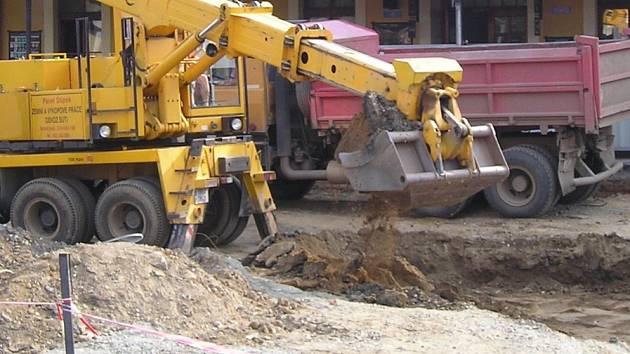 I na srovnání nivelity pozemku nadbytečnou zeminou musí mít stavebník souhlas úřadů