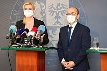 Z tiskové konference po jednání středočeského krizového štábu. Na snímku hejtmanka Petra Pecková a radní pro oblast zdravotnictví Pavel Pavlík.