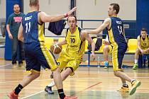 Benešovský David Kratochvíl (ve žlutém) se proráží kbelskou obranu tvořenou kapitánem Jiřím Šťástkou a Ondřejem Maňákem.