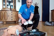 Benešov - Velitel strážníků Radek Stulík při ukázce použití defibrilátoru, jímž je vybavena Městská policie Benešov.