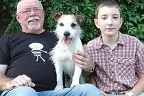 Doma v Čerčanech si Jaroslav Hanuš užívá i s nejmladším synem Josefem a novým psem Boddym.