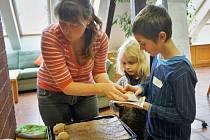 Žáci ze ZŠ Vorlina si upekli chleba.