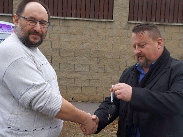 Rudolf Adam předává klíče od sociálního vozu, který bude sloužit na Vlašimsku řediteli středočeské Diakonie Petru Dvořákovi.