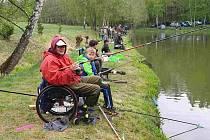 Závody handicapovaných rybářů na nádrži Záhorská u Kladrub.