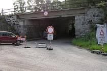 Stavbaři pod rekonstruovaným železničním mostem zahloubí vozovku, aby pod ním mohla projíždět i rozměrnější vozidla.
