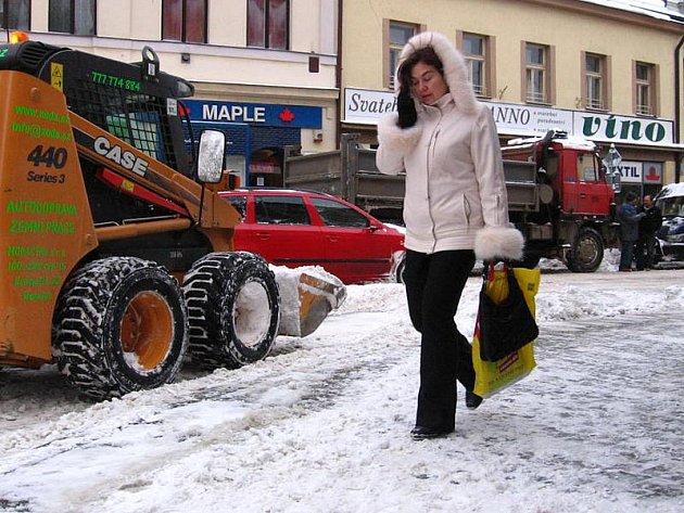 Úklid sněhu ve čtvrtek v Tyršově ulici.