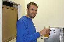 Zkušený brankář Benešova Pavel Maláč si po výhře a dobrém výkonu vychutnal pivo.