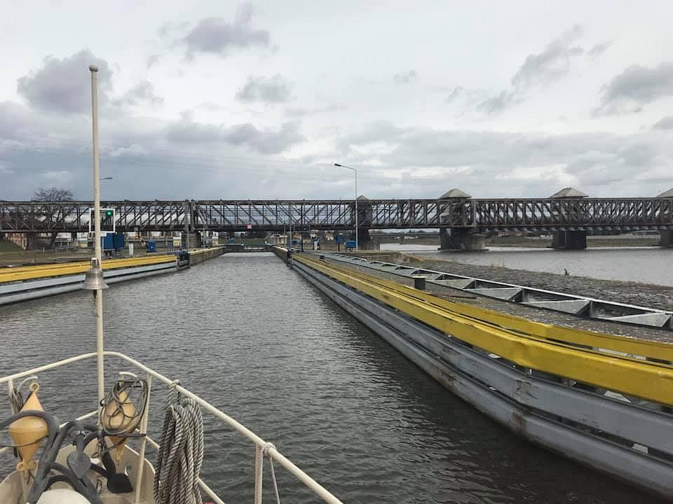 Během okružní plavby po Vltavě z Nelahozevsi přes plavební komoru Miřejovice se dnes německá delegace z Porýní - Falce dozvěděla podrobnosti o chystaných projektech Středočeského kraje