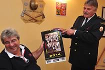 Hejtman Josef Řihák si převzal první exemplář omezené série kalendáře hasiček z Mrače, které své fotografie i podepsaly.