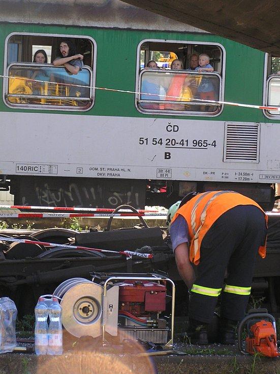 Vlaky projíždějící na vedlejších kolejích byly pochopitelně plné překvapených cestujících